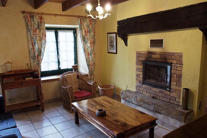 Salon du gîte avec cheminée
